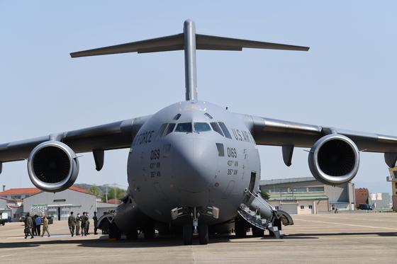 한미연합 적·하역 훈련에 참여 중인 미 수송기 C-17의 앞모습. [국방일보]