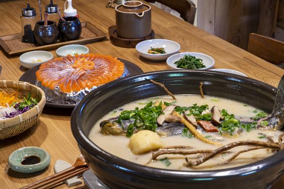 정선읍 덕송리 '전영진어가'는 3대를 이어오는 맛집이다. 향어백숙, 송어회 모두 각별한 정성이 들어가는 음식이다.