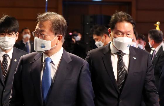 문재인 대통령과 최태원 대한상의 회장(오른쪽). 뉴시스