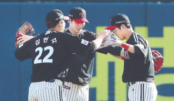 어린이날 승리 후 기뻐하는 LG 선수들. [뉴스1]