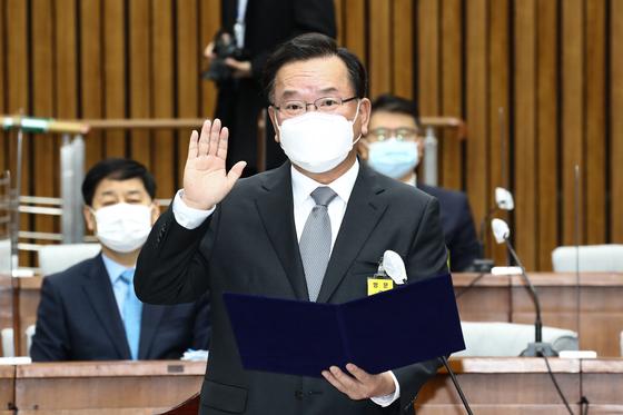 김부겸 국무총리 후보자가 6일 서울 여의도 국회에서 열린 인사청문회에서 선서하고 있다. 뉴스1