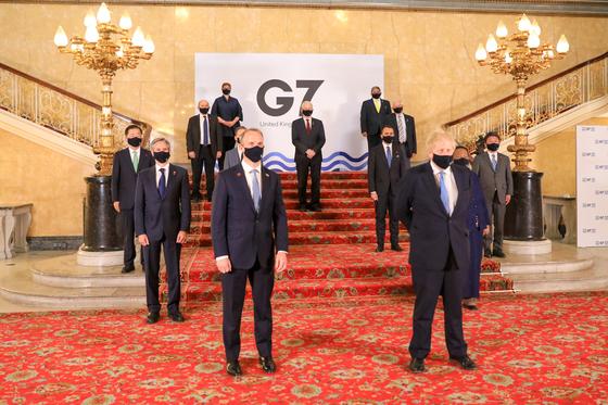 G7 외교개발장관회의에 참석한 장관들과 보리스 존슨 영국 총리(앞줄 오른쪽). 연합뉴스