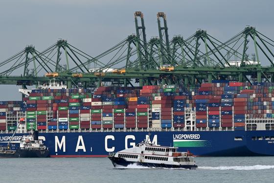 인도에서 코로나 확진자가 다수 발생하면서 세계 해운물류업계가 충격을 받고 있다. 사진은 지난 4월 6일 싱가포르 항구에 정박한 선박 [AFP=연합뉴스]