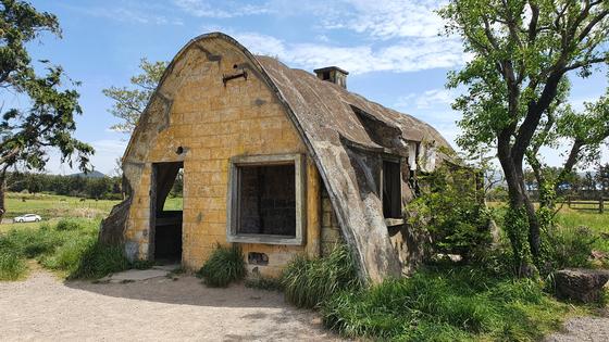 문화재청은 6일 아일랜드 출신 맥그린치 신부가 조성했던 '제주 이시돌 목장'의 테시폰식 주택 2채를 국가등록문화재로 등록 예고했다고 밝혔다. 사진은 한림읍 금악리 135번지에 위치한 테시폰식 주택. [사진 문화재청]