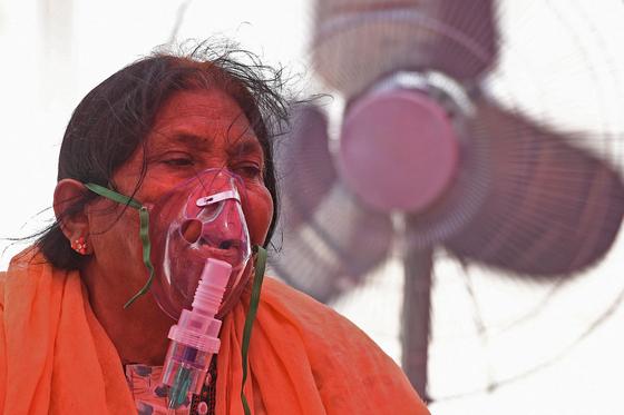 인도 북부 우타르프라데시주 가지아바드의 한 예배당에서 코로나19 환자가 산소 공급을 받고 있다. [AFP=연합뉴스]