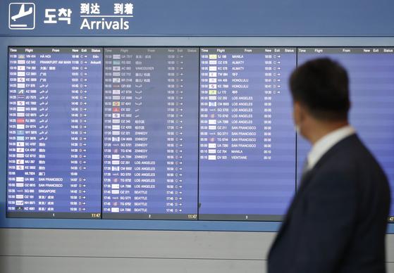 정부는 5일부터 코로나19 예방 접종을 받은 국민은 해외를 다녀와도 자가격리 대상에서 제외하기로 했다. 사진은 인천국제공항 제2터미널 입국장의 모습. [뉴스1]