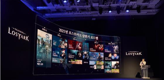 금강선 스마일게이트 게임 디렉터가 지난해 말 열린 '게임온' 유저 페스티벌에서 '로스트아크' 운영계획을 발표하고 있다. 로스트아크는 출시 2년 만에 매출 835억원을 기록했다. [사진 스마일게이트]