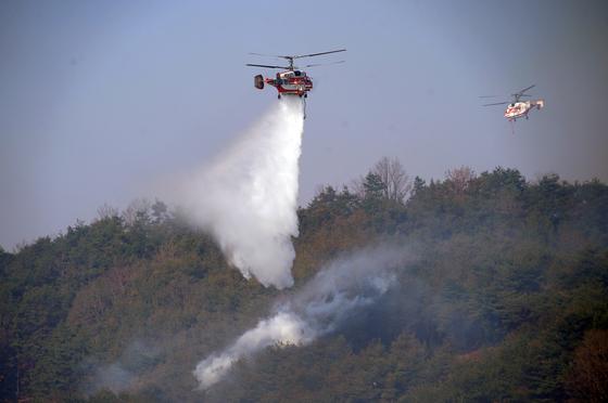 소방헬기가 산불을 진화하고 있다. 국립산림과학원