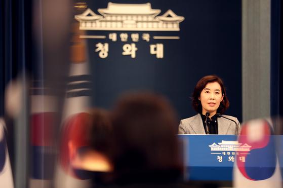 박경미 대변인이 4일 오후 서울 춘추관에서 문재인 대통령 비판 전단 배포 시민에 대한 고소를 취하했다고 밝히고 있다. 청와대사진기자단