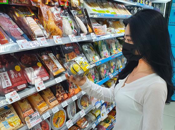 한 소비자가 미니언즈 구운계란을 살펴보고 있다. [사진 GS리테일]