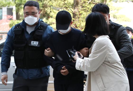 인천의 모텔에서 생후 2개월 된 딸을 학대해 다치게 한 혐의를 받는 20대 아버지 A씨가 구속 전 피의자 심문(영장실질심사)를 받기 위해 지난달 15일 오후 인천시 미추홀구 인천지방법원에 들어서고 있다. 뉴스1