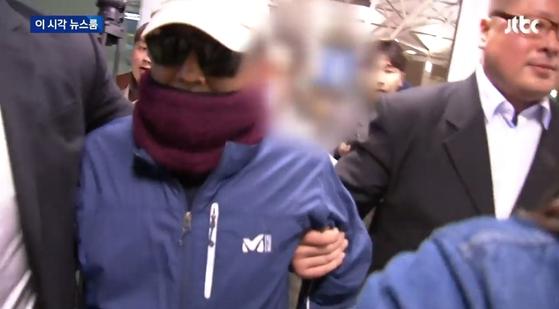 긴급출국금지 조치로 태국행 비행기를 타지 못한 김학의 전 법무부 차관이 공항에서 나오고 있다. [jTBC 뉴스 캡쳐]