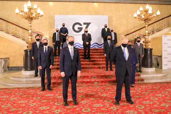 5일(현지시간) 촬영한 주요 7개국(G7) 외교개발장관회의 참석한 7개 회원국과 한국을 비롯한 4개 초청국 외교장관들이 함께 찍은 단체사진. 왼쪽 맨 끝에 정의용 외교부 장관이 섰고 오른쪽 맨 끝에 모테기 도시미쓰 일본 외상이 섰다. 정 장관과 모테기 외상이 선 위치의 빨간 동그라미는 기자가 표시. [외교부]