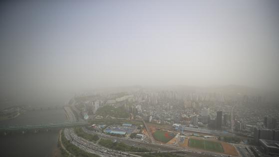 황사로 인해 서울지역에 미세먼지 경보가 발령된 7일 오후 여의도 63빌딩에서 바라본 도심이 황사에 덮여 뿌연 모습이다. 연합뉴스