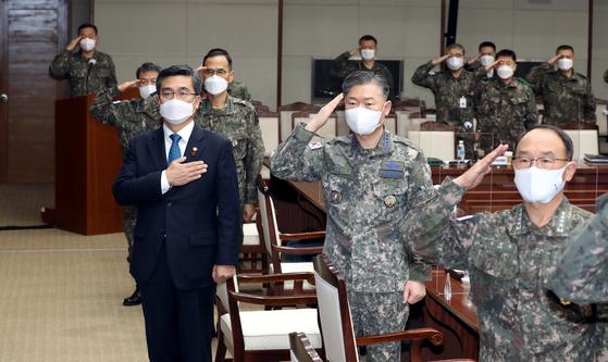 지난해 12월 국방부에서 열린 2020년 연말 전군주요지휘관 회의에 참석한 서욱 국방부 장관과 주요 지휘관이 국기에 경례하고 있다. [국방일보]
