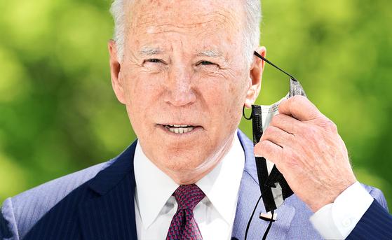 조 바이든 대통령이 지난달 27일 백악관에서 코로나 대응 관련 발언에 앞서 마스크를 벗고 있다. [로이터]