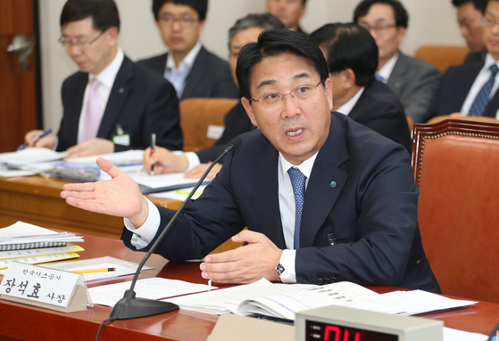 장석효 한국가스공사 사장이 2013 국정감사에서 의원들의 질의에 답하고 있다. [중앙포토]