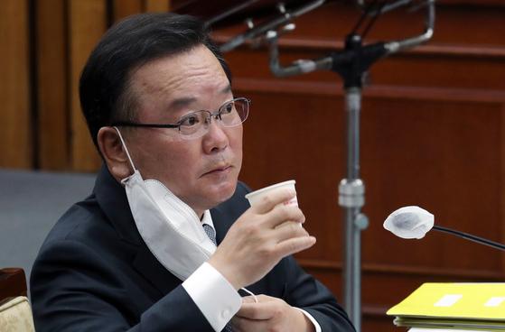 김부겸 국무총리 후보자가 6일 국회에서 열린 인사청문회 도중 물을 마시고 있다. 오종택 기자