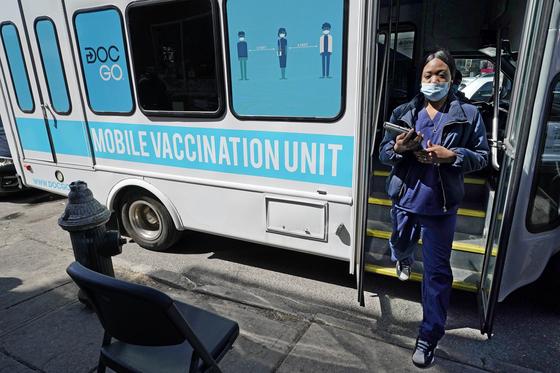 미국 뉴욕시에 설치된 코로나19 백신 이동접종소. [AP]