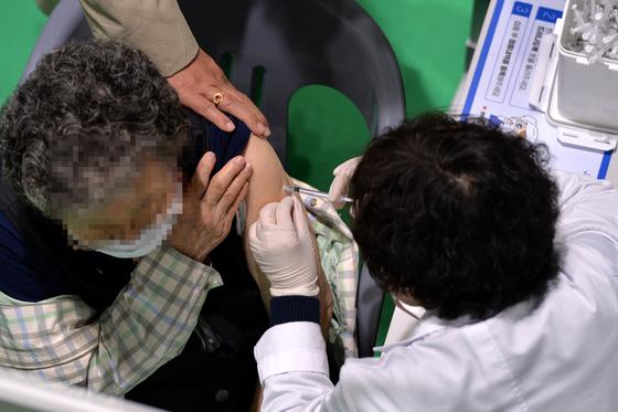 지난 6일 대전의 한 코로나19 백신 예방접종센터에서 의료진이 어르신들에게 화이자 백신을 신중히 접종하고 있다. 프리랜서 김성태