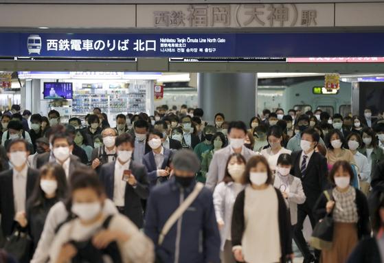 일본 정부가 신종 코로나바이러스 감염증(코로나19) 억제를 위한 긴급사태 발효 대상 지역에 후쿠오카현을 새롭게 포함한 7일 후쿠오카역 주변이 마스크 쓴 사람들로 붐비고 있다. 연합뉴스