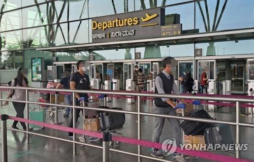 6일 오후(현지시간) 한국행 특별기 탑승을 위해 인도 남부 벵갈루루 켐페고다 국제공항에 들어가는 한국 교민들. 코트라벵갈루루무역관 제공=연합뉴스