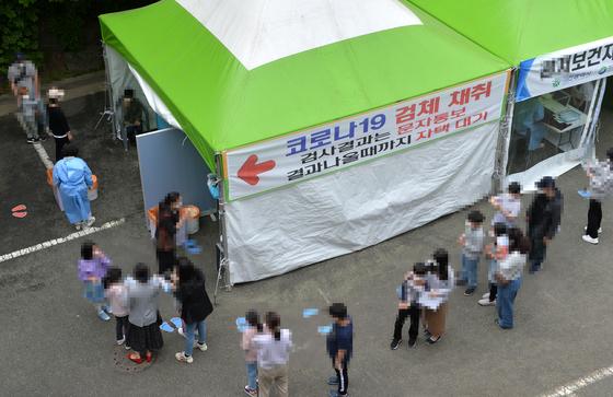 대전의 한 보건소에 설치된 코로나19 선별검사소를 찾은 시민들. 프리랜서 김성태