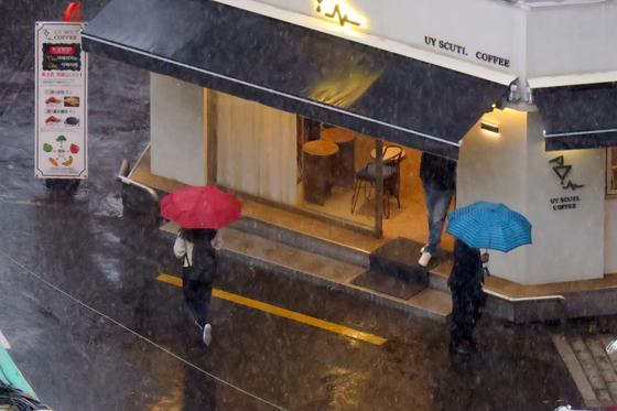7일 오전 서울 중구 충무로 일대에 황사를 동반한 비와 돌풍이 불고 천둥이 치는 등 요란한 날씨를 보이고 있다. 뉴시스
