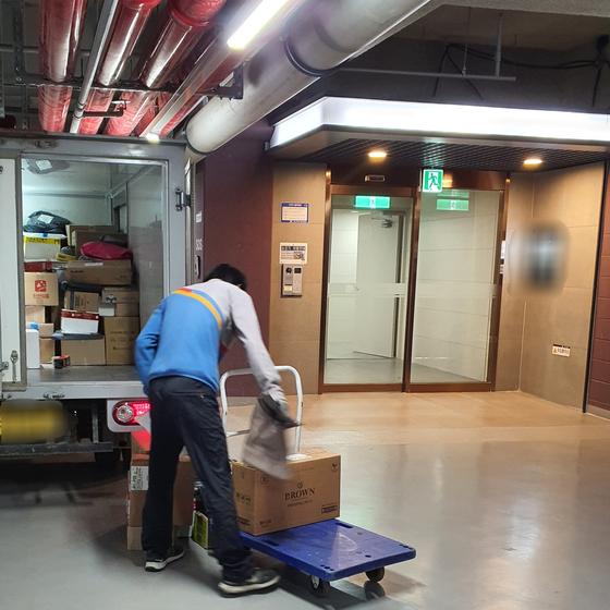 7일 오후 G아파트에서 저상 택배차량을 이용해 배달을 하는 택배기사. 편광현 기자