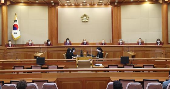 지난 4월29일 오후 서울 종로구 헌법재판소 심판정에서 유남석 헌재소장을 비롯한 재판관들이 자리에 앉아 있다. 연합뉴스