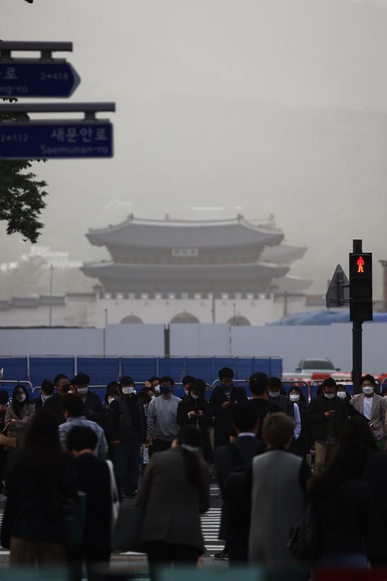 황사로 인해 서울지역에 미세먼지 경보가 발령된 지난 7일 광화문 광장 인근에서 시민들이 퇴근길을 재촉하고 있다. 연합뉴스