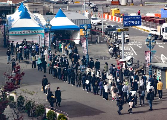 지난 7일 오후 서울역 코로나19 임시선별검사소를 찾은 시민들이 검사를 위해 줄을 서 있다.연합뉴스