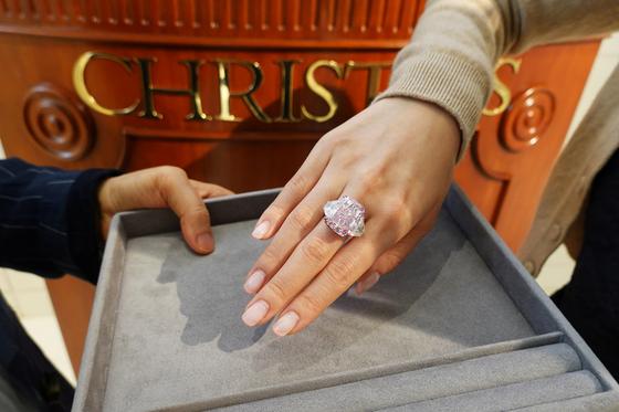 지난 6일 홍콩에서 경매를 앞두고 선 보인 15.81 캐럿의 화려한 비비드 퍼플 핑크 다이아몬드 링. [로이터=연합뉴스]