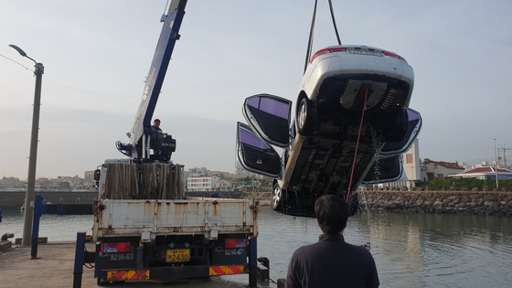 제주 바다에 추락한 승용차. 사진 제주해양경찰서