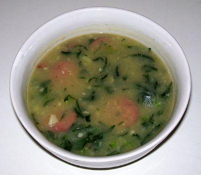 짭조름한 소세지를 넣어 먹는 칼두베르데 수프. [사진 Mateus Hidalgo on Wikimedia Commons]