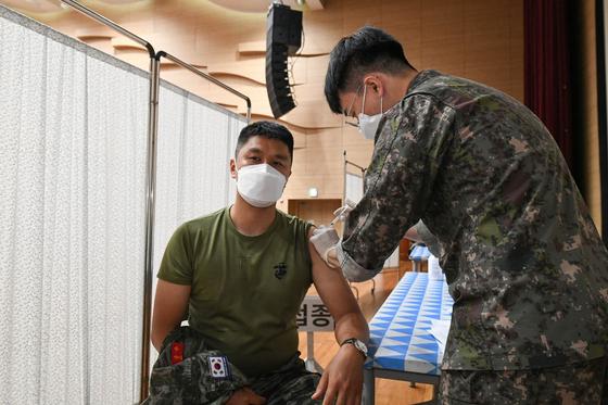 지난 3일 제주에 있는 해병대 9여단 내 예방접종센터에서 해병대 장병이 아스트라제네카(AZ) 백신을 접종하고 있다. [해병대 9여단 제공. 재판매 및 DB 금지]