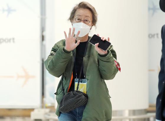 배우 윤여정이 8일 오전 미국 일정을 마치고 인천국제공항 제2터미널을 통해 입국하고 있다. 뉴스1