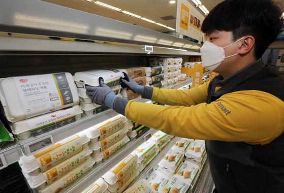 이마트 성수점에서 직원이 '어제 낳아 오늘만 판매하는 계란'을 진열하고 있다. [사진 이마트]