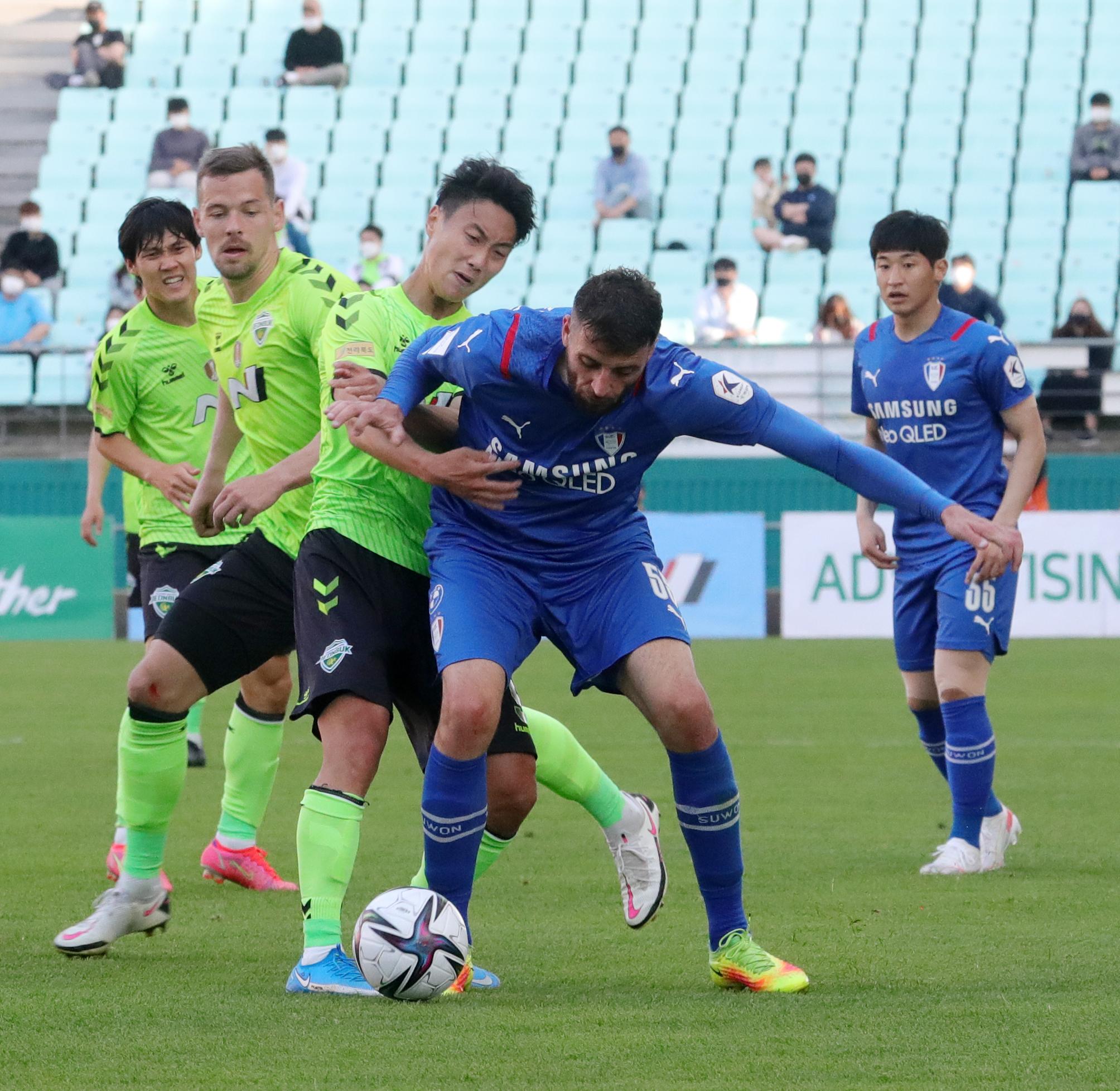 프로축구 전북 현대 백승호(왼쪽 셋째)가 볼경합을 펼치고 있다. [뉴스1]