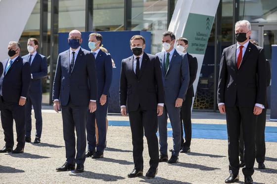 8일(현지시간) 포르투갈에서 열린 EU 정상회의에서 정상들이 기념 촬영을 하고 있다. [EPA=연합뉴스]