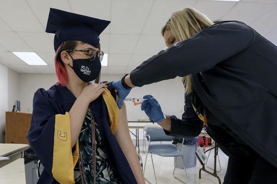 미 테네시대학 학생이 지난 4월 모더나 백신을 접종하고 있다. [AP=연합뉴스]