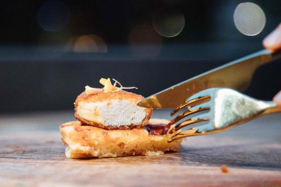 지난해 12월 싱가포르는 미국 스타트업 '잇 저스트'의 배양 닭고기 판매를 허가했다. 해당 사진은 실험실에서 키운 닭고기를 이용한 치킨 너겟. 배양육 식품 판매를 허락한 국가는 아직까지 싱가포르가 유일하다. [AFP=연합뉴스]