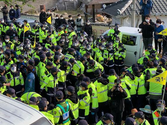 지난달 28일 오전 경북 성주군 초전면 소성리 마을회관 앞에서 경찰이 고고도미사일방어(THAAD·사드) 체계 기지 장비 반입을 위해 육로를 막고 있는 집회 참가자들을 강제 해산하고 있다. 김정석 기자