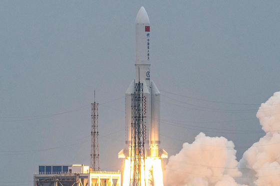 지난달 29일 중국이 유인 우주정거장의 핵심 모듈인 톈허를 창정-5B 로켓에 실어 쏘아올리고 있다. AFP=연합뉴스