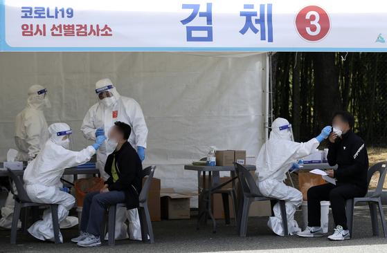 8일 울산 남구 문수축구경기장에 마련된 임시 선별검사소에서 시민들이 신종 코로나바이러스 감염증(코로나19) 검사를 받고 있다. 뉴스1