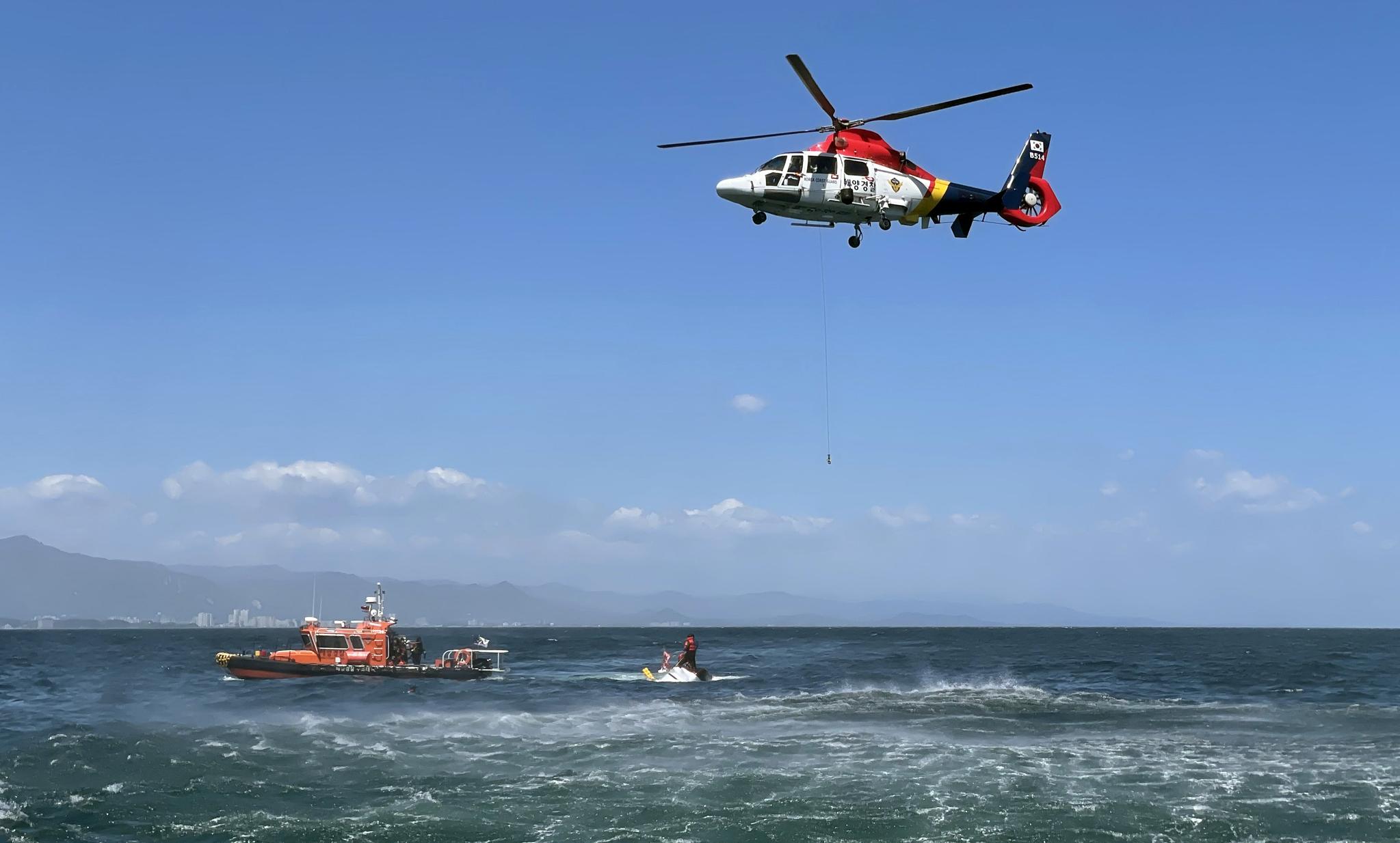 9일 강원 양양 앞바다에서 3톤급 통발어선 A호가 전복되는 사고가 발생했다. 사진은 선박이 구조되고 있는 모습. 사진 속초해양경찰서
