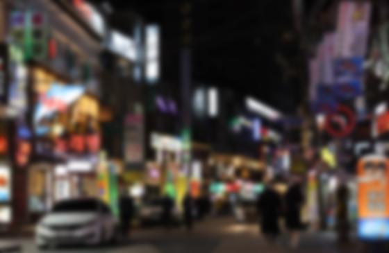 서울 송파구 잠실새내역 인근 먹자골목에 위치한 가게 간판들이 밝게 켜져 있다. 연합뉴스