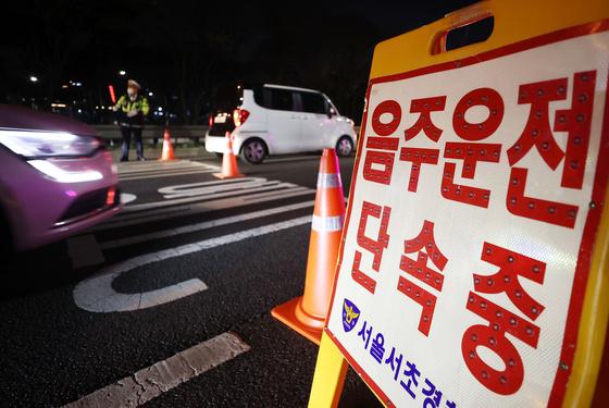 지난달 25일 서울 서초 IC 진입로에서 경찰이 음주단속을 하고 있다. [연합뉴스]