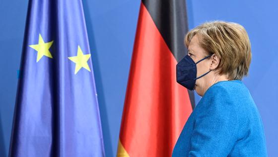 앙겔라 메르켈 독일 총리가 8일(현지시간) 유럽연합(EU) 정상회의 뒤 기자회견을 마치고 회견장을 나가고 있다. 로이터=연합뉴스