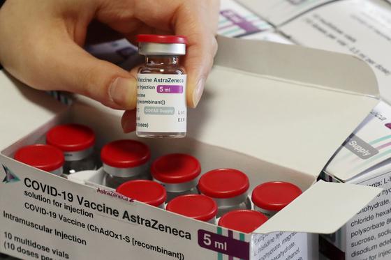 화이자 백신에 이어 아스트라제네카 백신도 수급 불안에 대한 우려가 커지고 있다. 3일 오후 서울의 한 자치구 보건소에서 보건소 관계자가 아스트라제네카 백신을 들어보이고 있다. 뉴스1